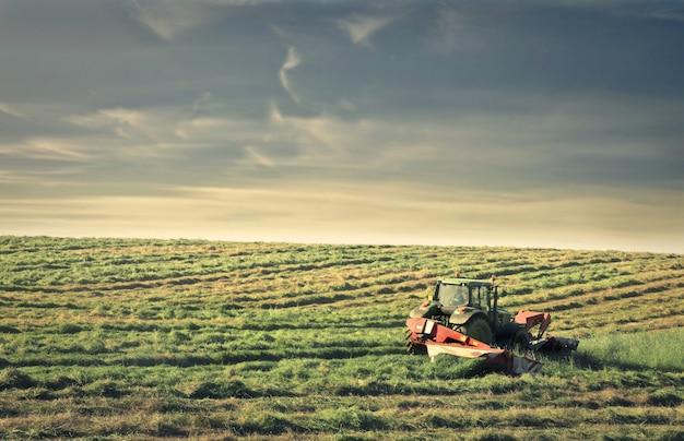 Tractor die aan een boerderij werkt Premium Foto