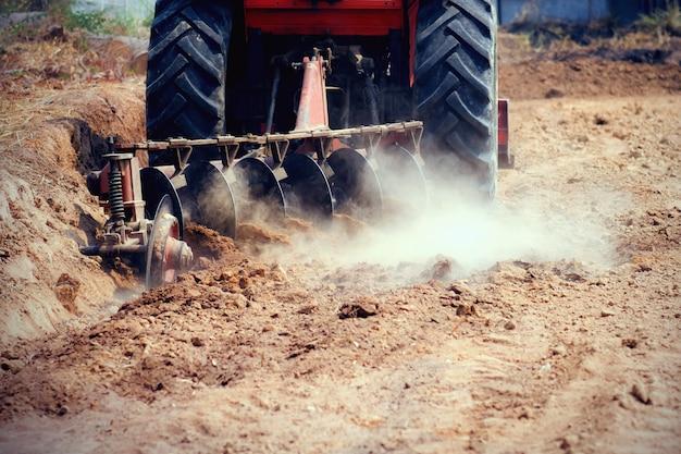Tractor die in landbouwgrond werkt Premium Foto