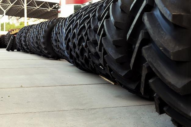 Tractorbanden met een grote beschermer, in een groot magazijn van landbouwmachines. Premium Foto