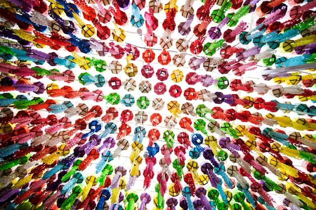 Traditie van hangende lantaarns in het loi krathong-festival Premium Foto