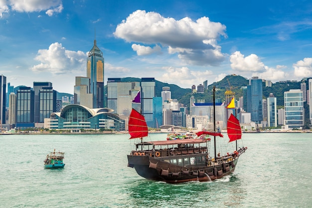 Traditioneel chinees houten zeilschip in victoria harbor in hong kong Premium Foto