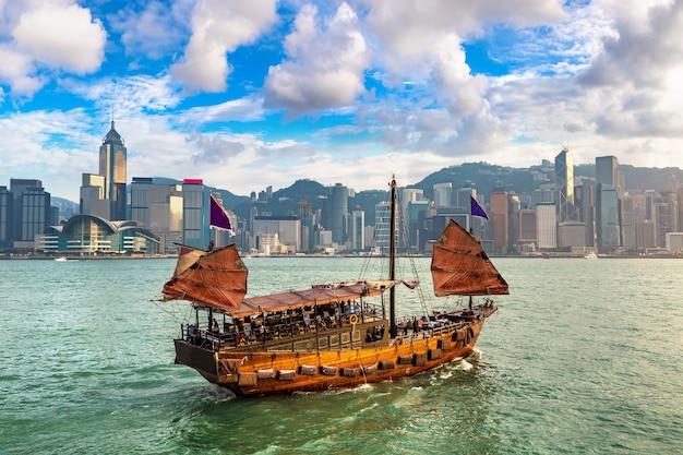Traditioneel chinees houten zeilschip in victoria harbor in hong kong Premium Foto