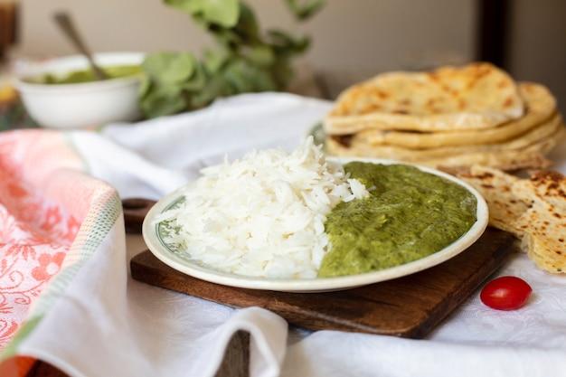 Traditioneel indisch voedsel met rijst en pitabroodje Gratis Foto