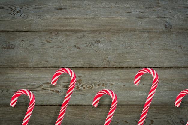 Traditioneel kerstmissuikergoedriet op houten achtergrond. Premium Foto