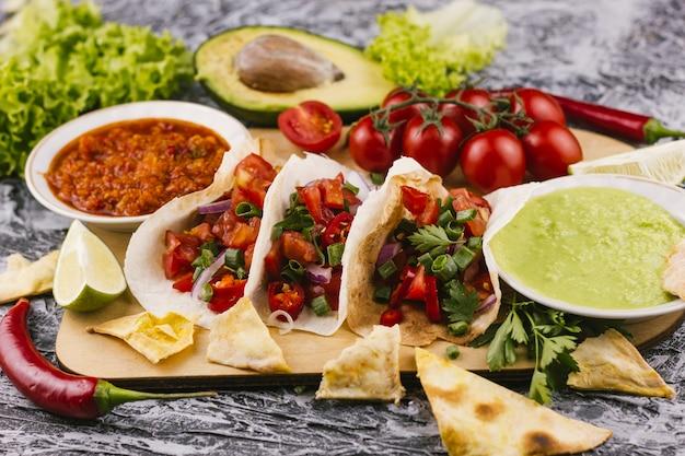 Traditioneel mexicaans heerlijk gerecht vooraanzicht Gratis Foto