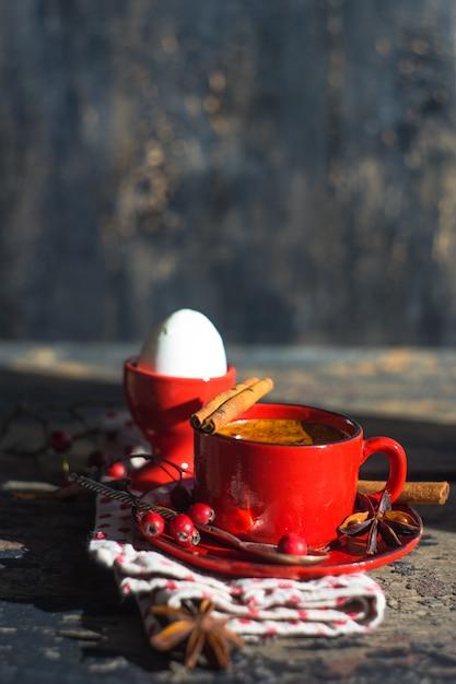 Traditioneel ontbijt in rustieke stijl Premium Foto