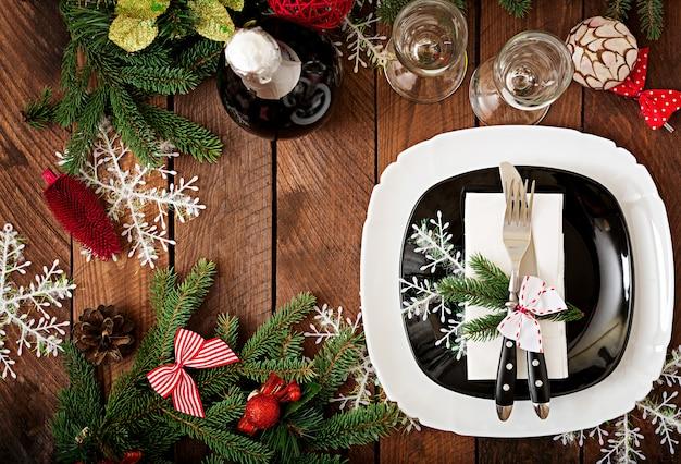 Traditioneel servies op kerst tafel. plat leggen. bovenaanzicht Premium Foto