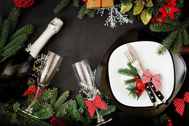 Traditioneel servies op kerst tafel. plat leggen. bovenaanzicht Gratis Foto