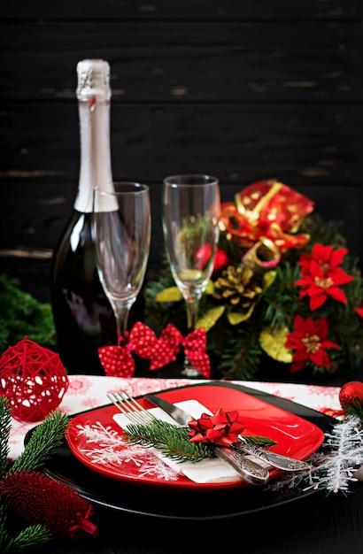 Traditioneel servies op kerst tafel Premium Foto