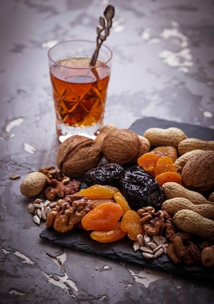 Traditionele arabische thee en droge vruchten en noten Premium Foto