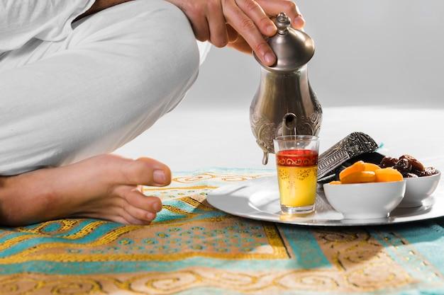 Traditionele arabische thee en gebedskleed Gratis Foto