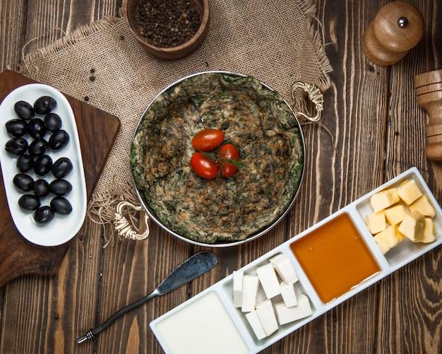 Traditionele azerbeidzjaanse kuku met cherrytomaat Gratis Foto