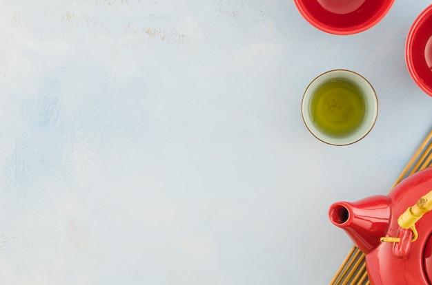 Traditionele aziatische theepot en theekopjes die op witte achtergrond worden geïsoleerd Gratis Foto