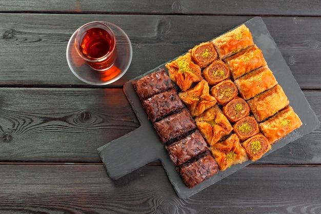 Traditionele baklava op houten tafel Premium Foto