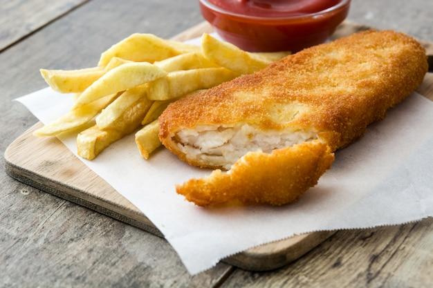 Traditionele britse vis met patat op houten lijst. Premium Foto
