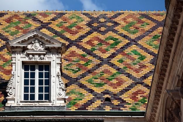 Traditionele ceramische daktegels op een overheidsgebouw in dijon, bourgondië, frankrijk. Gratis Foto