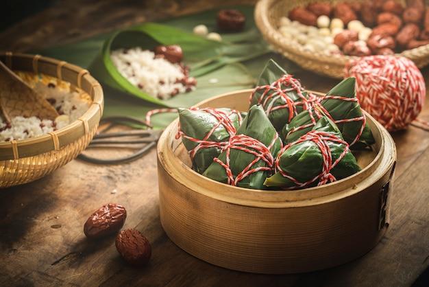 Traditionele chinese dragon boat festival sticky rice dumplings Premium Foto