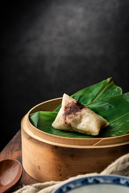 Traditionele chinese dragon boat festival sticky rice dumplings Premium Foto