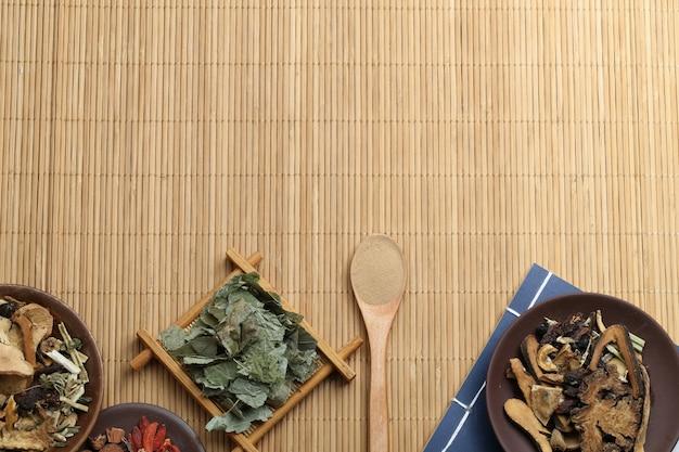 Traditionele chinese geneeskunde en oud medisch boek op bamboe Gratis Foto