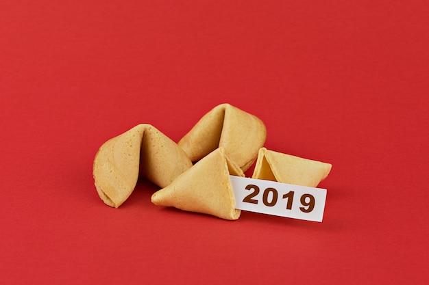 Traditionele chinese het fortuinkoekjes van het nieuwjaar op rood Premium Foto
