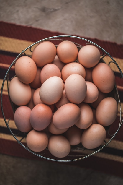 Traditionele eieren op mand Premium Foto