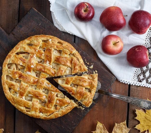 Traditionele fruitcake op een bruine houten raad Premium Foto