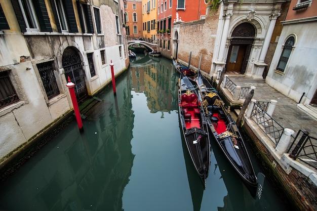 Traditionele grachtstraat met gondel in de stad venetië, italië Gratis Foto