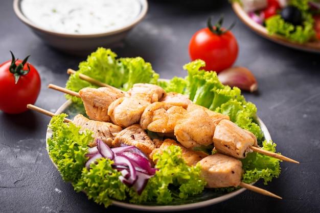 Traditionele griekse vleesbrochetten souvlaki Premium Foto