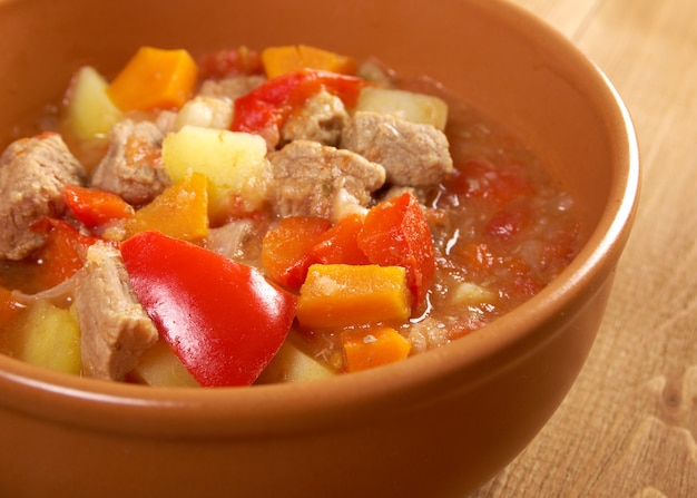 Traditionele hongaarse huisgemaakte hete goulashsoep Premium Foto