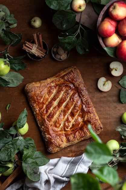 Traditionele huisgemaakte appel met bladerdeegtaart met gemberomzet Premium Foto
