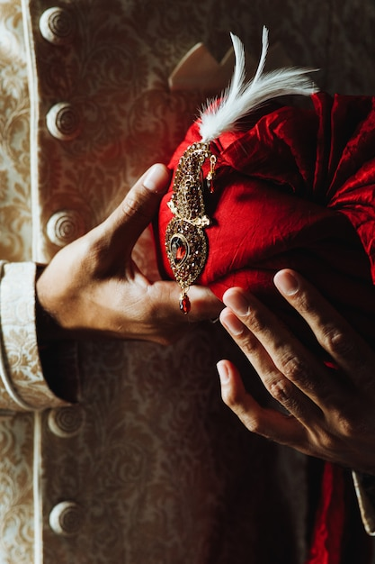 Traditionele indiase mannen kleding en pagri tulband Gratis Foto