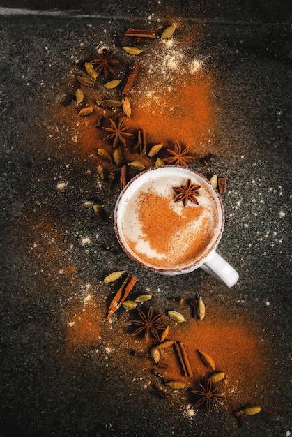 Traditionele indiase masala chai thee met kruiden kaneel, kardemom, anijs, donkere steen. copyspace bovenaanzicht Premium Foto