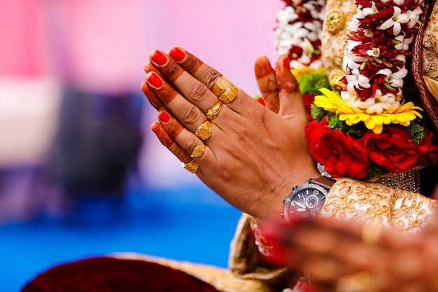 Traditionele indische de bruidegomhand van de huwelijksceremonie Premium Foto
