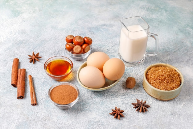 Traditionele ingrediënten voor het bakken van de herfst: appels, kaneel, noten. Gratis Foto
