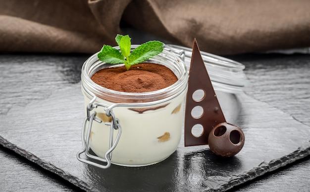 Traditionele italiaanse desserttiramisu in een glas. Premium Foto