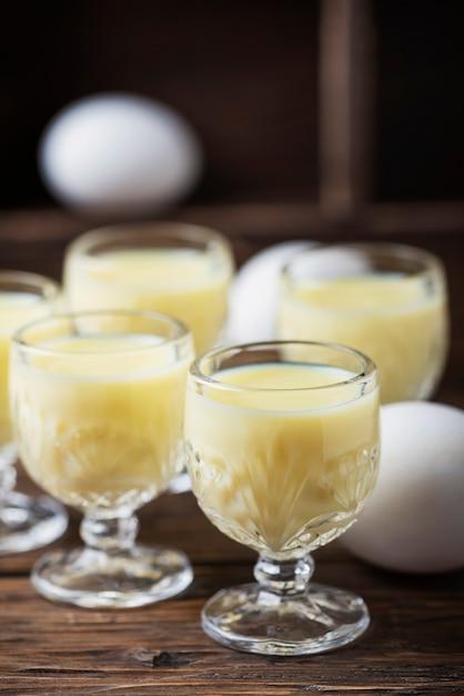 Traditionele italiaanse likeur vov met eieren Premium Foto