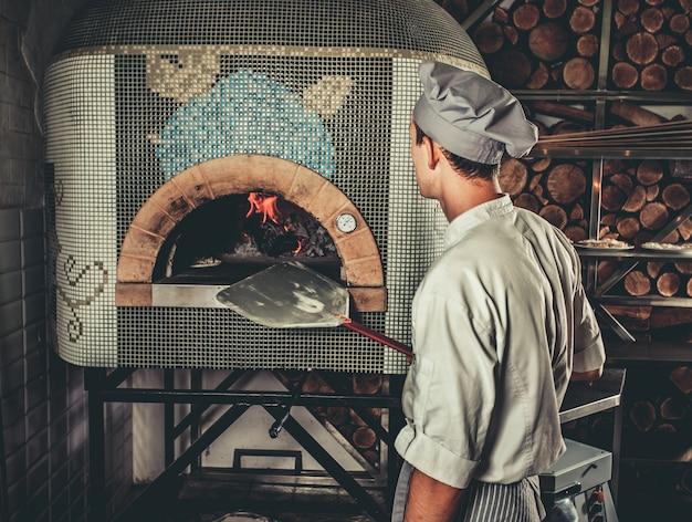 Traditionele italiaanse pizza bereiden Premium Foto