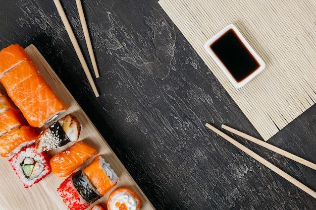 Traditionele japanse sushi met kopie ruimte Gratis Foto