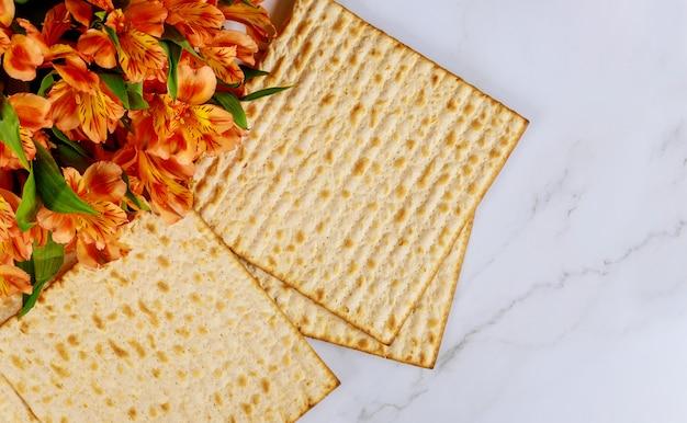 Traditionele joodse pesach-feestvakantie met matzo ongezuurd brood Premium Foto