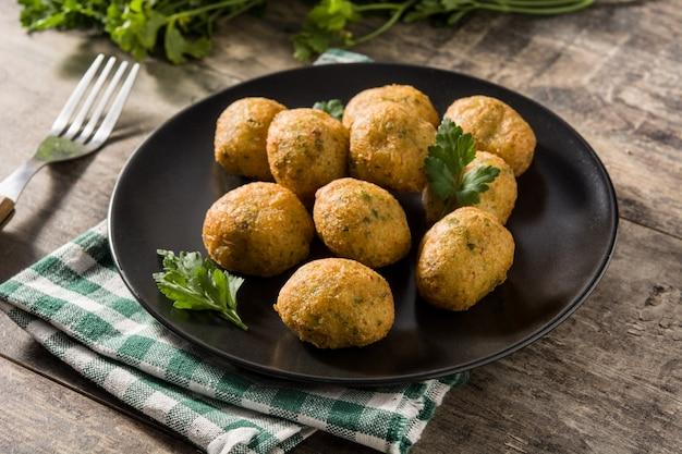 Traditionele kabeljauwbeignets met knoflook en peterselie Premium Foto