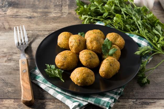 Traditionele kabeljauwbeignets versierd met knoflook en peterselie Premium Foto