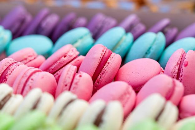 Traditionele kleurrijke macarons in rijen Premium Foto