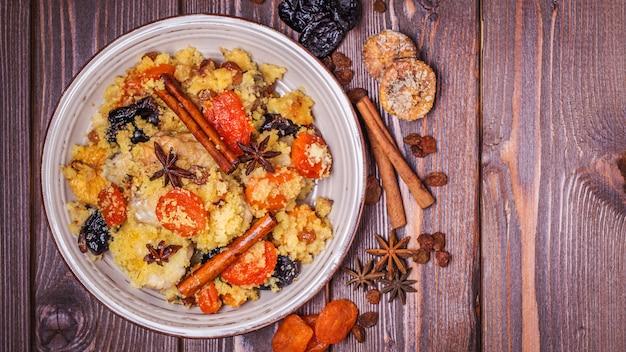Traditionele marokkaanse kip met gedroogde vruchten en kruiden. Premium Foto