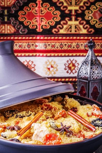 Traditionele marokkaanse tajine van kip met gedroogde vruchten en kruiden. Premium Foto