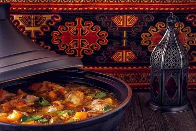 Traditionele marokkaanse tajine van kip met gezouten citroenen, olijven Premium Foto