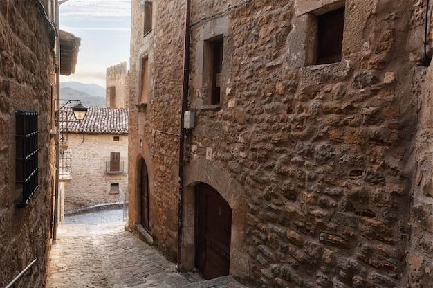 Traditionele middeleeuwse architectuur in sos del rey catolico, aragon, spanje. Premium Foto