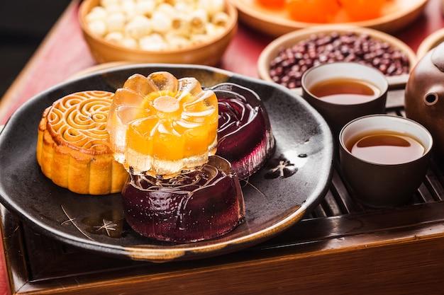 Traditionele mooncakes op lijst die met theekopje plaatst. Premium Foto