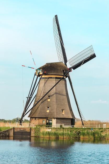 Traditionele nederlandse windmolens met groen gras op de voorgrond, nederland Gratis Foto