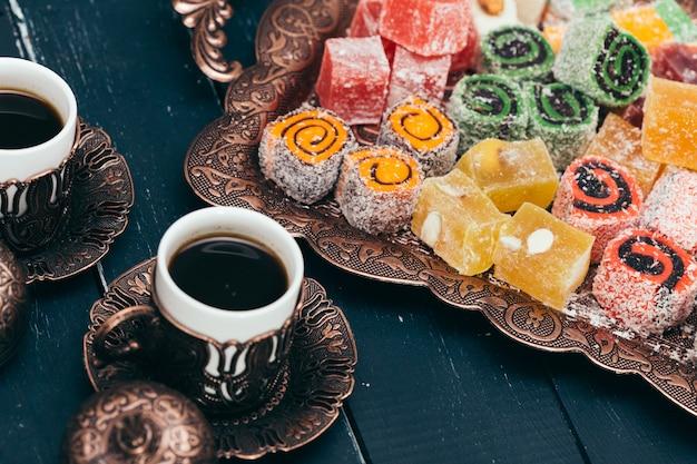 Traditionele oosterse desserts op houten Premium Foto