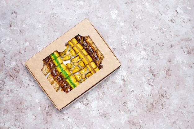 Traditionele oosterse snoepjes met verschillende noten op concrete achtergrond, hoogste mening, exemplaarruimte Gratis Foto
